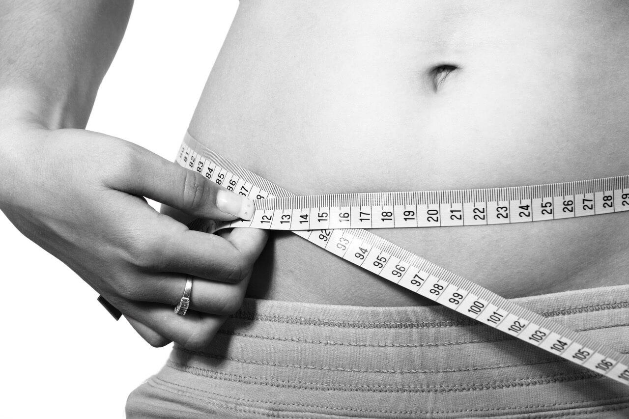 ventre avec un mètre pour perdre du poids