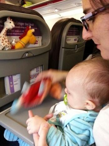 bebe_voyage_avion_jouet